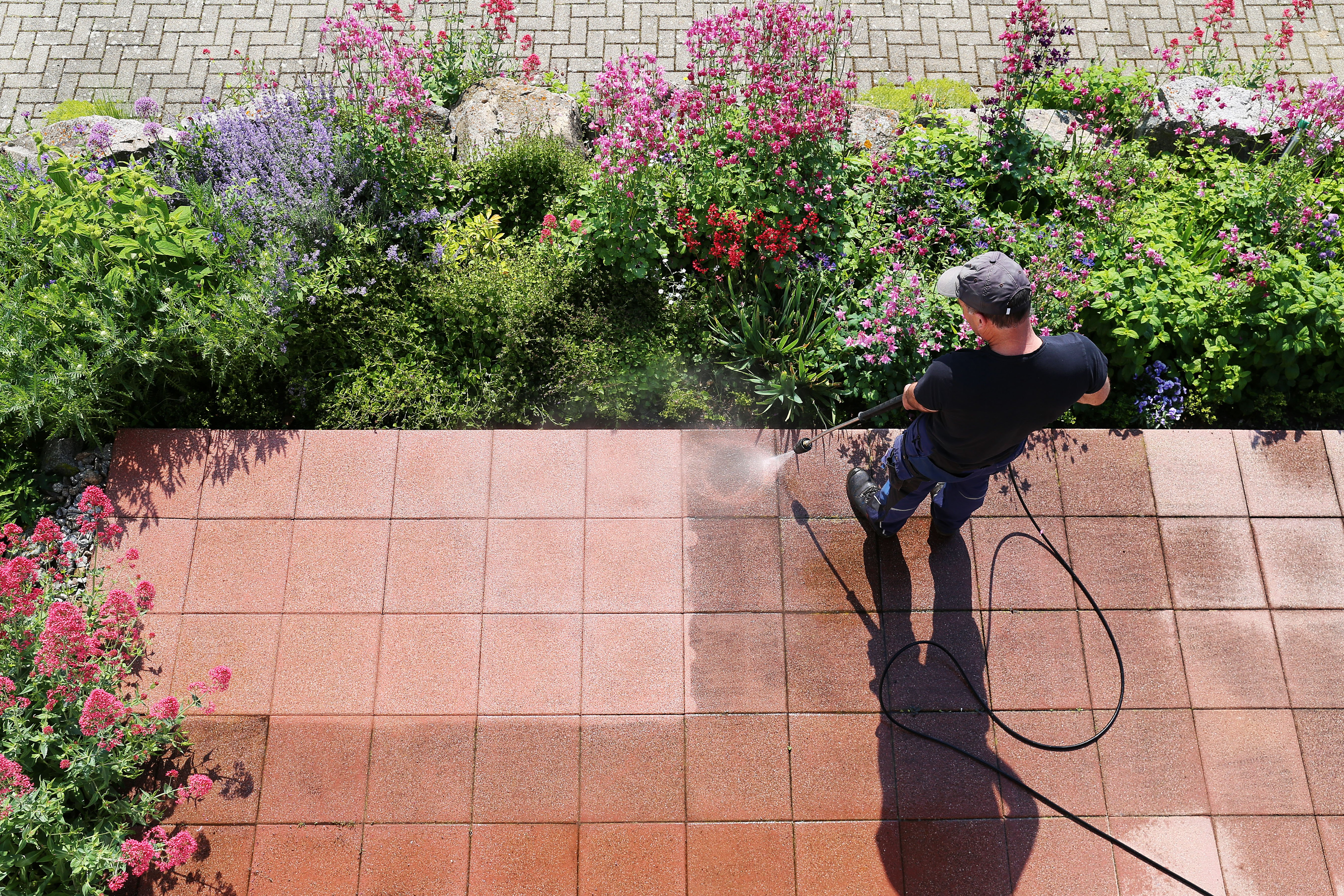 CLEANING THE GARDEN: IT'S EASIER AND QUICKER WITH A PRESSURE WASHER